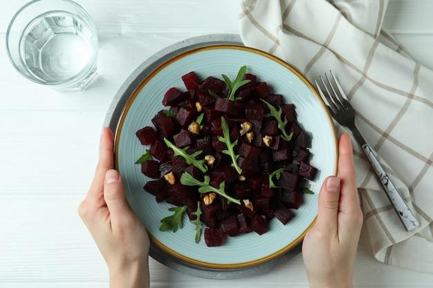 Concept van lekker eten met bietensalade op houten tafel