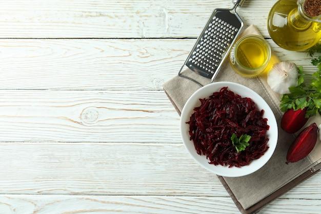 Concept van lekker eten met bietensalade op witte houten tafel