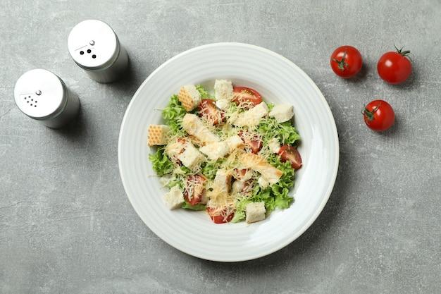 Concept van lekker eten met caesar salade op grijze gestructureerde achtergrond