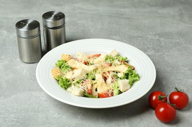 Concept van lekker eten met caesarsalade op grijs