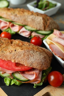Concept van lekker eten met ciabatta sandwiches, close-up