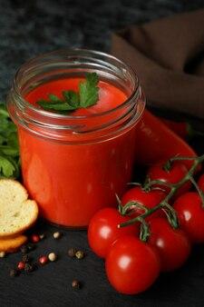 Concept van lekker eten met gazpacho-soep, close-up