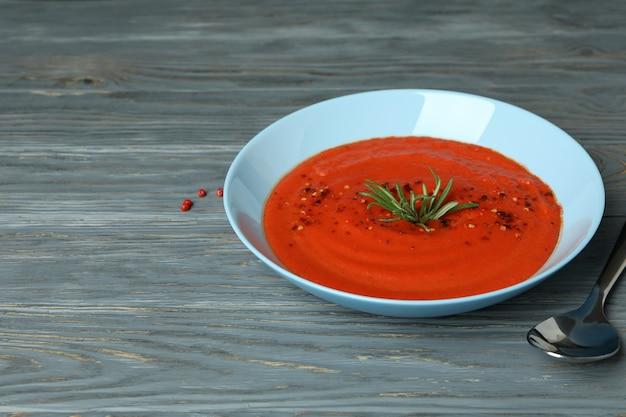 Concept van lekker eten met gazpacho-soep op grijze houten achtergrond