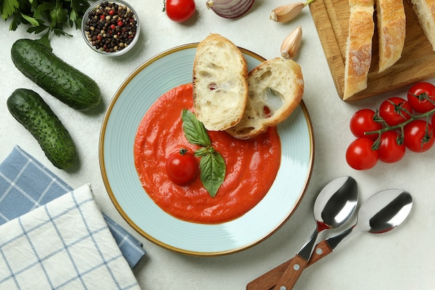 Concept van lekker eten met gazpacho-soep op witte gestructureerde achtergrond