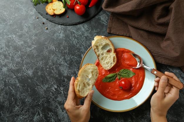 Concept van lekker eten met gazpacho-soep op zwarte rokerige achtergrond