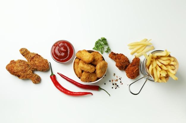 Concept van lekker eten met gebakken kip op witte achtergrond