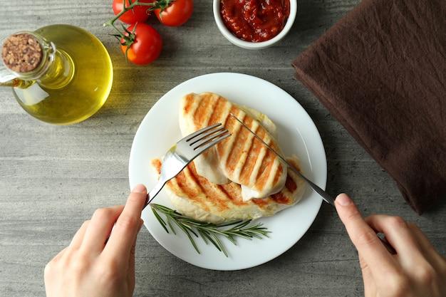 Concept van lekker eten met gegrild kippenvlees op grijze getextureerde tafel