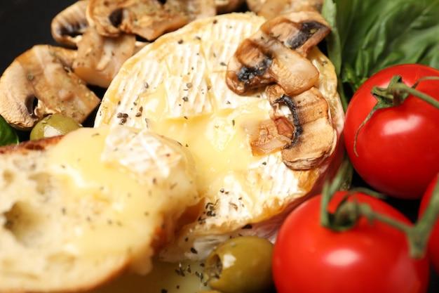 Concept van lekker eten met gegrilde camembert, close-up.