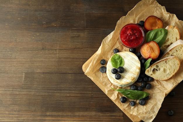Concept van lekker eten met gegrilde camembert op houten achtergrond.