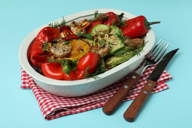 Concept van lekker eten met gegrilde groenten op blauw