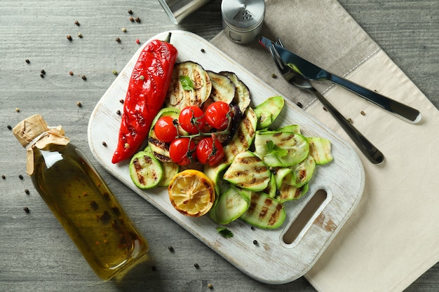 Concept van lekker eten met gegrilde groenten op grijze getextureerde tafel