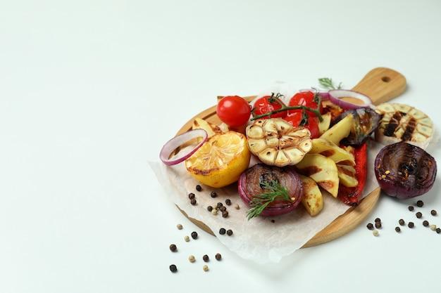 Concept van lekker eten met gegrilde groenten op wit