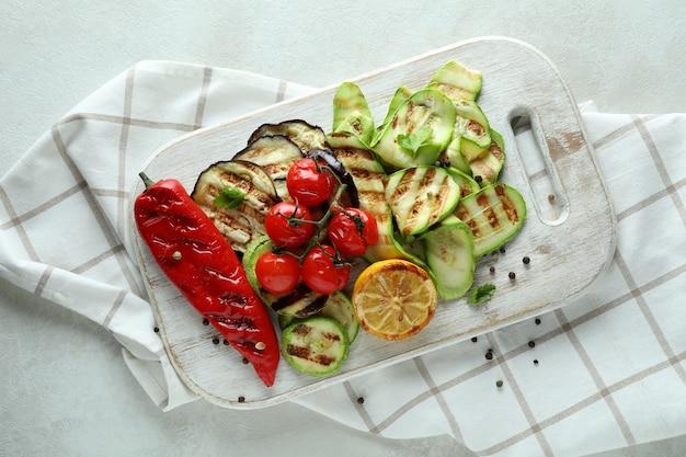 Concept van lekker eten met gegrilde groenten op witte gestructureerde tafel