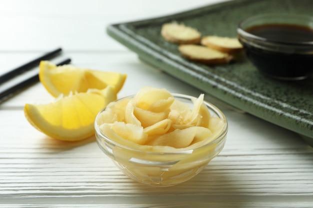 Concept van lekker eten met ingelegde gember op witte houten oppervlak