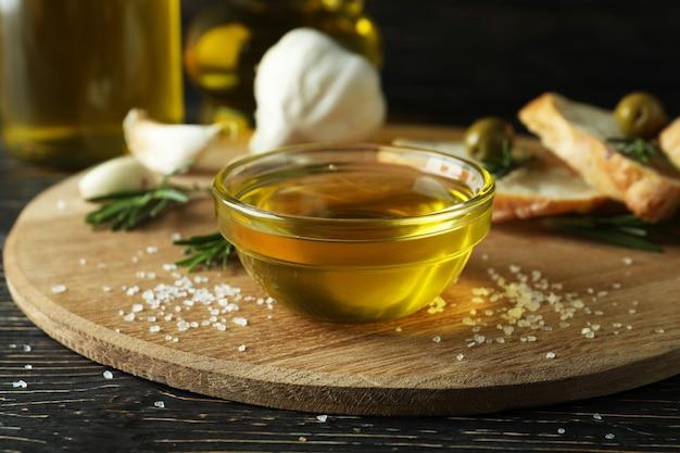 Concept van lekker eten met kom olijfolie, close-up