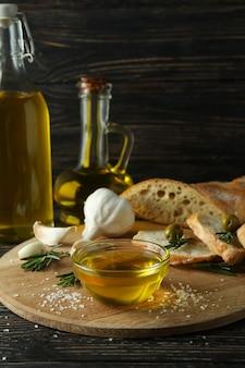 Concept van lekker eten met kom olijfolie op houten tafel