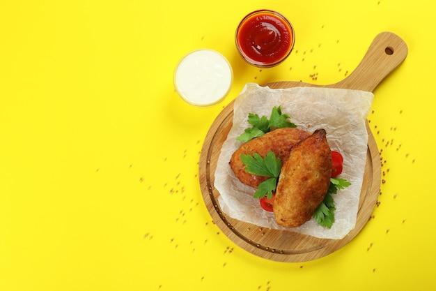 Concept van lekker eten met koteletten op gele achtergrond