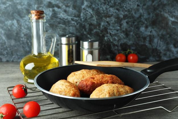 Concept van lekker eten met koteletten op grijze getextureerde tafel
