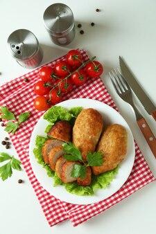 Concept van lekker eten met koteletten op witte achtergrond