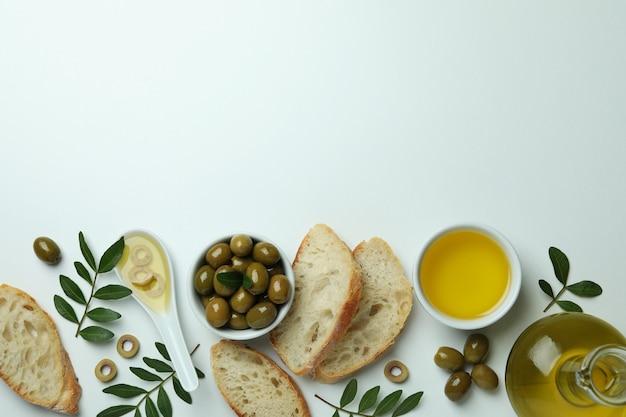 Concept van lekker eten met olijfolie op een witte ondergrond