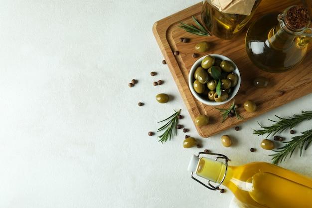 Concept van lekker eten met olijfolie op wit gestructureerd oppervlak