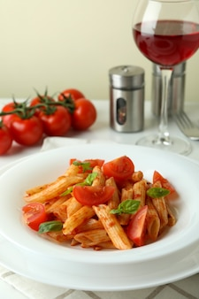 Concept van lekker eten met pasta met tomatensaus op witte tafel