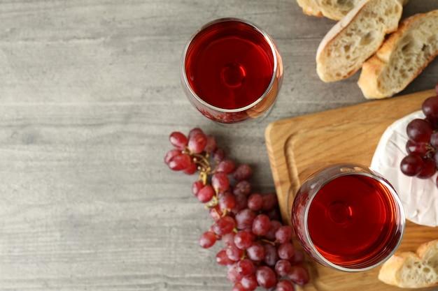 Concept van lekker eten met rode wijn op grijze getextureerde tafel