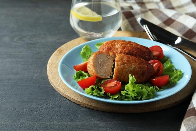 Concept van lekker eten met schnitzels op donkere houten tafel