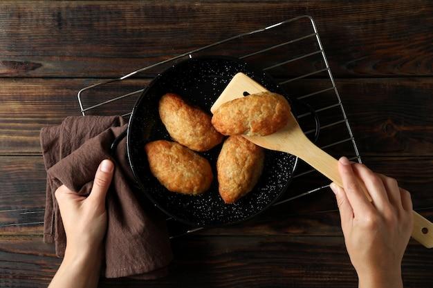Concept van lekker eten met schnitzels op houten tafel, bovenaanzicht