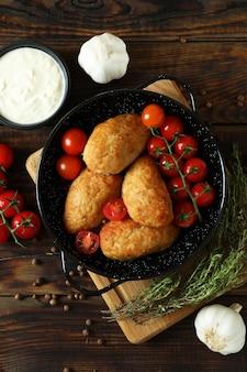Concept van lekker eten met schnitzels op houten tafel