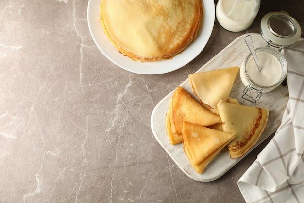 Concept van lekker ontbijt met dunne pannenkoeken op grijze tafel