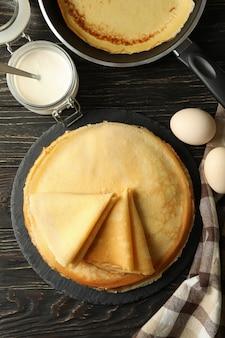 Concept van lekker ontbijt met dunne pannenkoeken op houten tafel