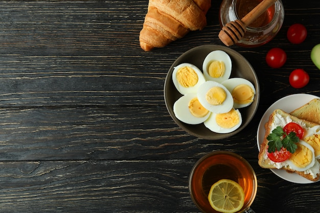 Concept van lekker ontbijt met gekookte eieren op houten tafel