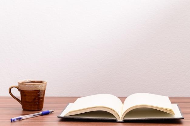 Concept van liefde om te lezen en te schrijven met een koffiemok op tafel