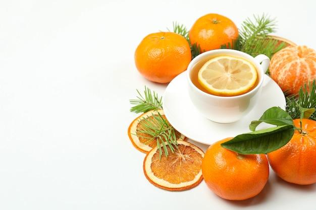 Concept van mandarijn thee op witte achtergrond