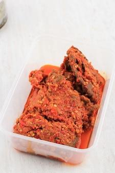 Concept van menu lebaran frozen food voor hampers of hantaran, dendeng balado, spicy beef jerky, padang traditional food, geserveerd op voedselcontainer