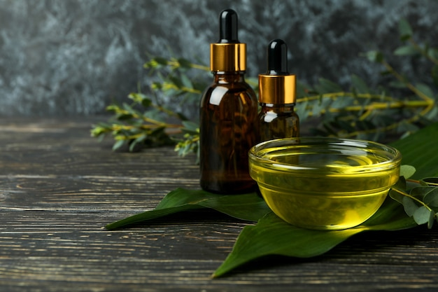 Concept van natuurlijke cosmetica met eucalyptusolie op houten tafel