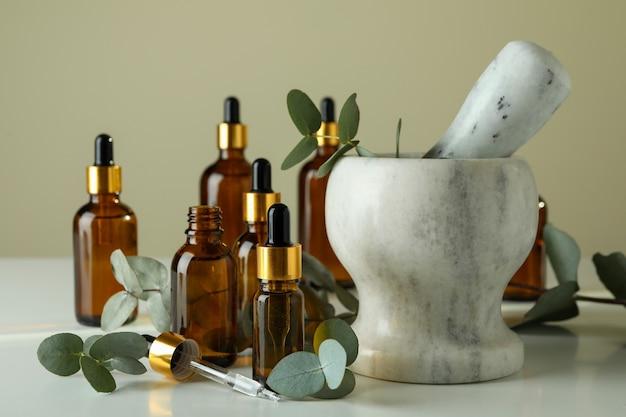 Concept van natuurlijke cosmetica met eucalyptusolie op witte tafel