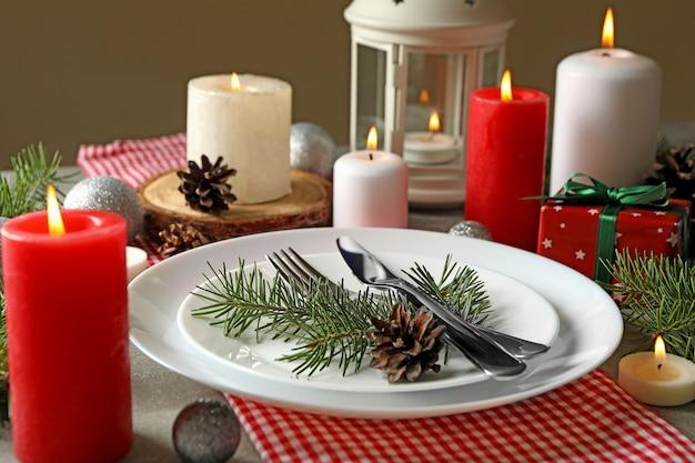 Concept van nieuwjaar tabel met kaarsen op grijze tafel