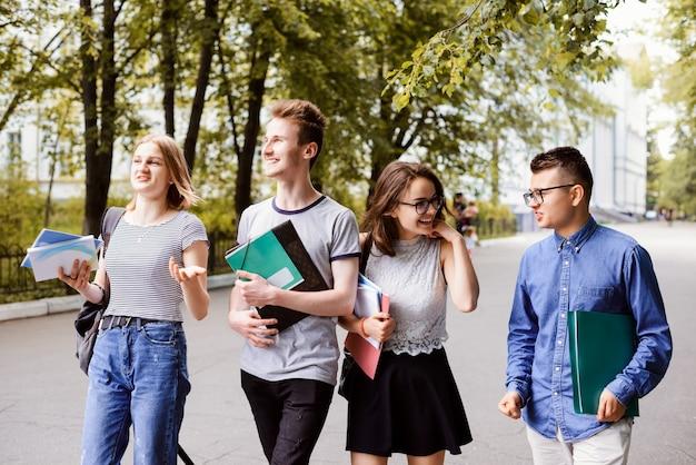 Concept van onderwijs, jeugd, intelligente studenten