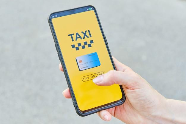 Concept van online betalen met creditcard taxi in de applicatie op een smartphone.