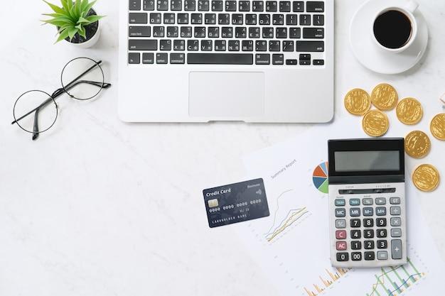 Concept van online betaling met creditcard met slimme telefoon, laptopcomputer op bureau op schone heldere marmeren tafel achtergrond