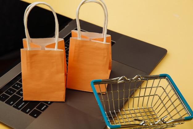 Concept van online winkelen. tassen en winkelwagen.