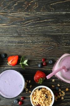 Concept van ontbijt met smoothie op rustieke houten tafel