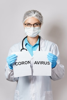 Concept van overwinning in de strijd met een covid-19. dokter is het papier gescheurd met een belettering coronavirus.