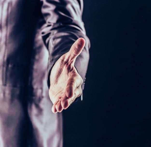 Concept van partnerschap in het bedrijfsleven: een zakenman steekt zijn hand uit