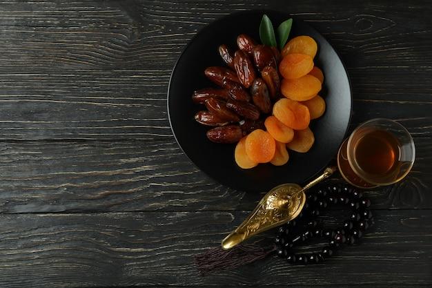 Concept van ramadan met eten en accessoires op houten tafel