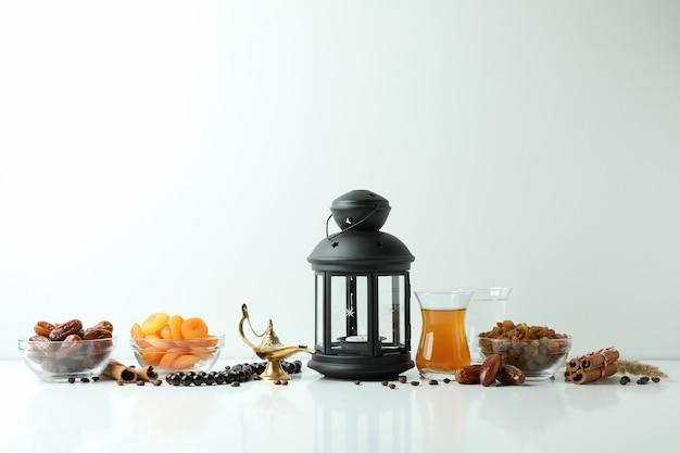 Concept van ramadan met voedsel en accessoires op wit