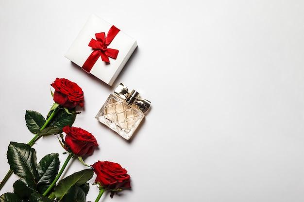 Concept van romantisch geschenk in de vorm van bloemen, dozen met sieraden en parfums