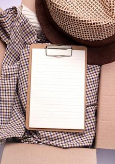 Concept van schenking, zorg verzenden. in doos spullen en lege kopie ruimte